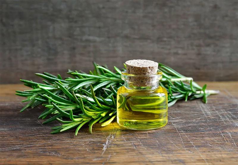 L'huile de romarin a d'innombrables usages.